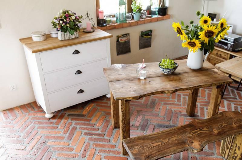 Rustykalny stół na ceglanej podłodze